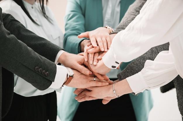De cerca. equipo empresarial mostrando su unidad. el concepto de trabajo en equipo