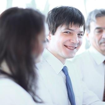 De cerca. equipo de negocios profesional discutiendo gráficos financieros .trabajo en equipo