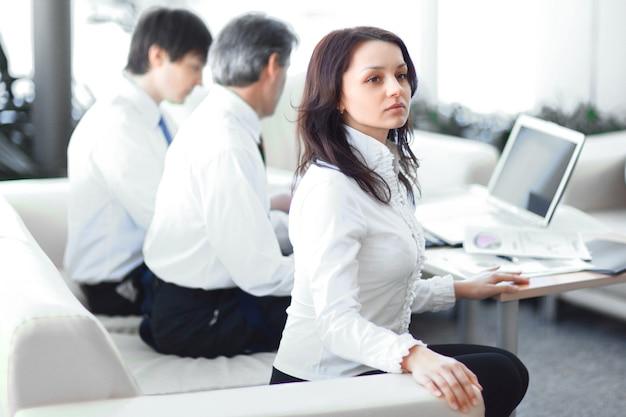 De cerca. equipo de negocios trabajando con documentos en la oficina. vida de oficina