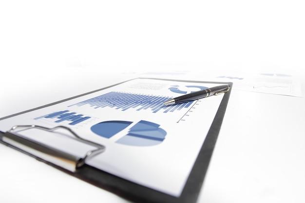 De cerca. escritorio con documentos financieros. conocimiento de los negocios