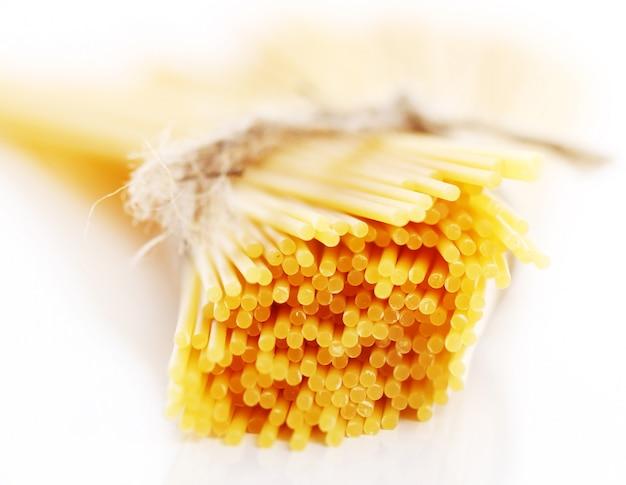 Cerca de espaguetis crudos