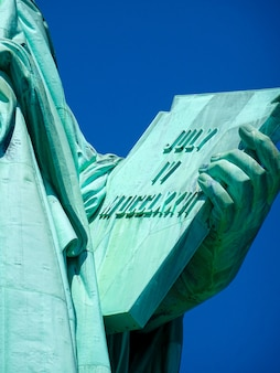 Cerca de la estatua de la libertad en nueva york