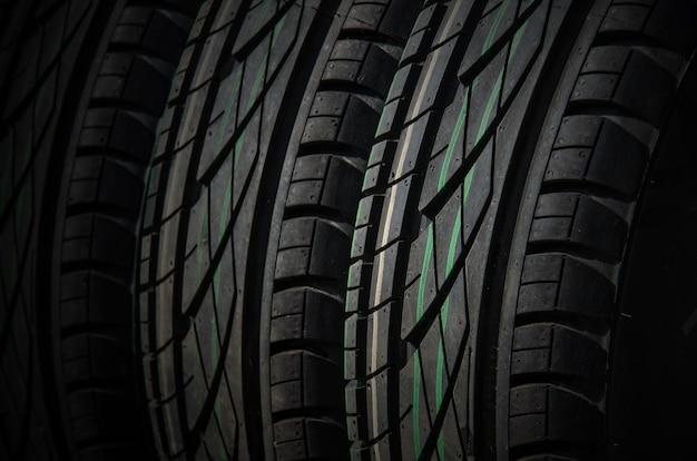 Cerca de fondo de neumáticos de coches. neumáticos de goma sin usar para la temporada de verano
