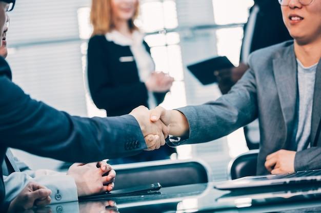 De cerca. fuerte apretón de manos de los socios comerciales. el concepto de cooperación