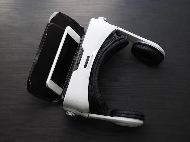 De cerca. gafas de realidad virtual y teléfono inteligente en la mesa, foto de estudio. vista superior.