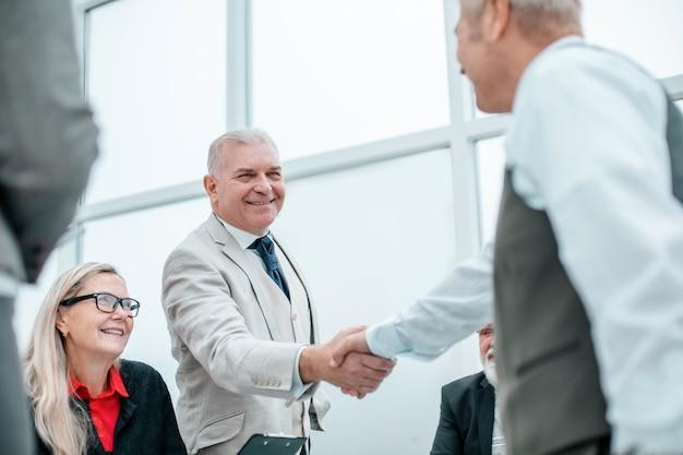 De cerca. gente de negocios dándose la mano antes de las negociaciones