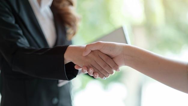 Cerca de la gente de negocios dándose la mano, terminando la reunión, etiqueta de negocios, felicitaciones, concepto de fusión y adquisición