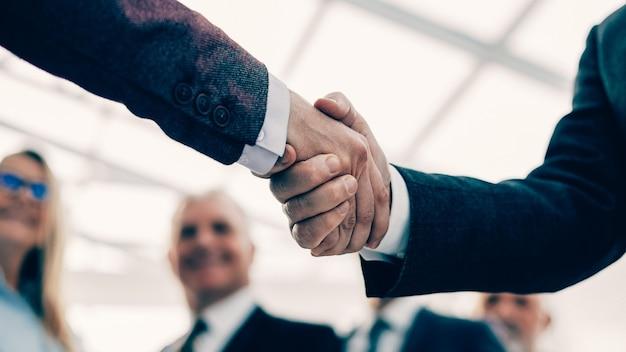 De cerca. gente de negocios saludándose con un apretón de manos
