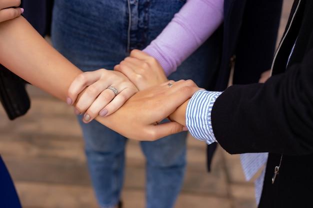 Cerca del gesto de cinco manos, el símbolo de la celebración común o el saludo. concepto de éxito y trabajo en equipo.