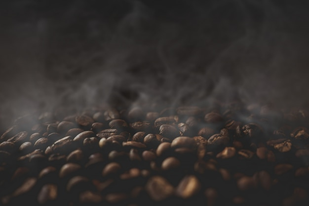 Cerca de granos de café con humo