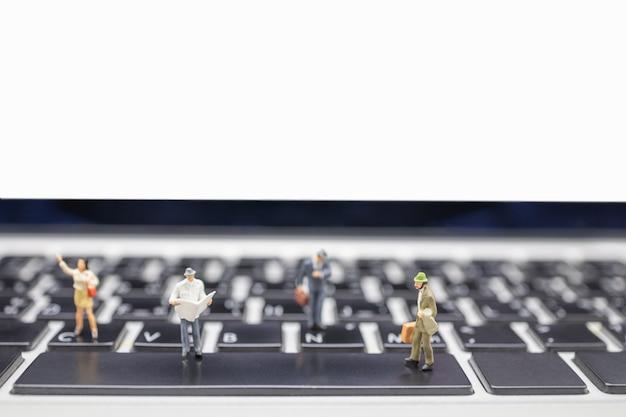 Cerca del grupo de figuras de empresario en miniatura