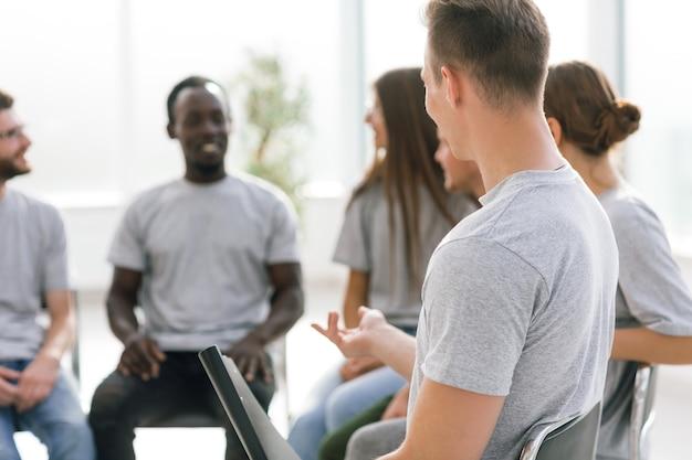 De cerca. un grupo de jóvenes sentados en la sala de conferencias. negocios y educación