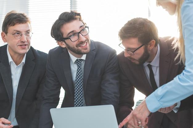 De cerca. grupo de trabajo discutiendo documentos comerciales. concepto de negocio