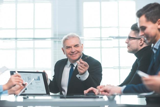 De cerca. grupo de trabajo discutiendo el informe financiero en la reunión de trabajo