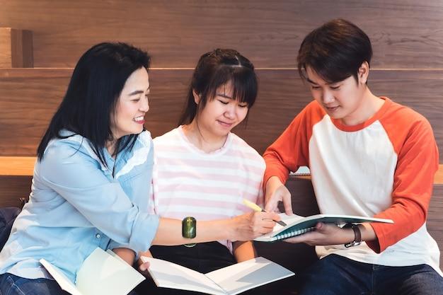 De cerca en grupos de estudiantes adolescentes asiáticos estudiando juntos