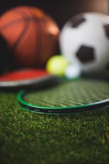 Cerca de guantes de boxeo y baloncesto, fútbol, tenis, pelotas de golf y disco