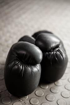 Cerca de guantes de boxeo en el gimnasio de crossfit