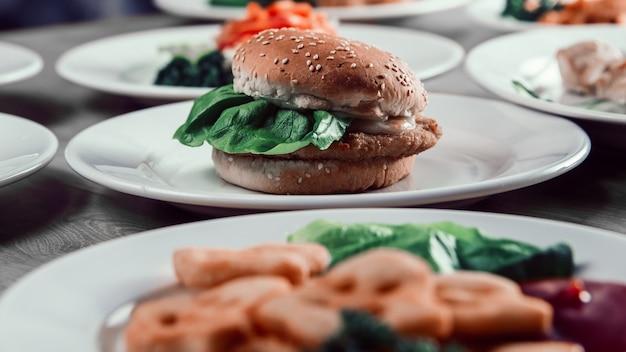 De cerca. hamburguesa en la mesa del restaurante. comida rápida