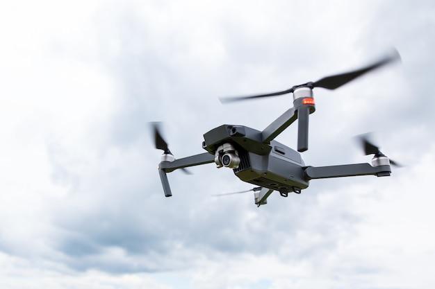 Cerca del helicóptero drone con una cámara.