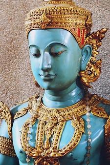 Cerca de hermosa estatua de los ángeles azules de buda