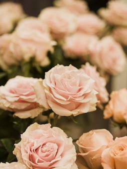 Cerca de hermosas flores de boda