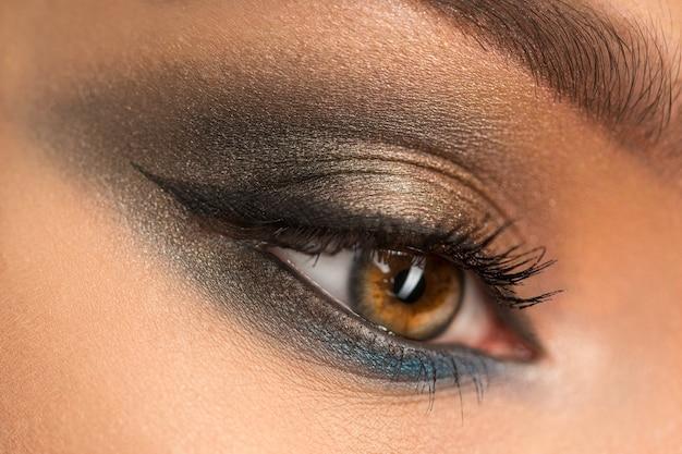 Cerca del hermoso ojo femenino con maquillaje