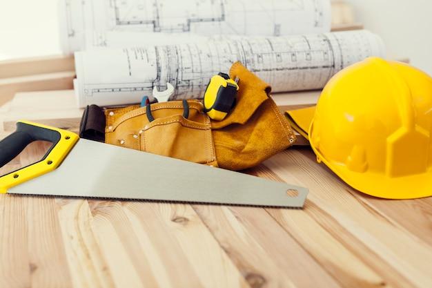 Cerca de herramientas de trabajo para carpintero