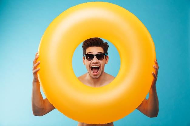 Cerca de un hombre alegre con gafas de sol