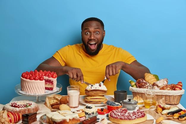 Cerca del hombre con una comida dulce y saludable