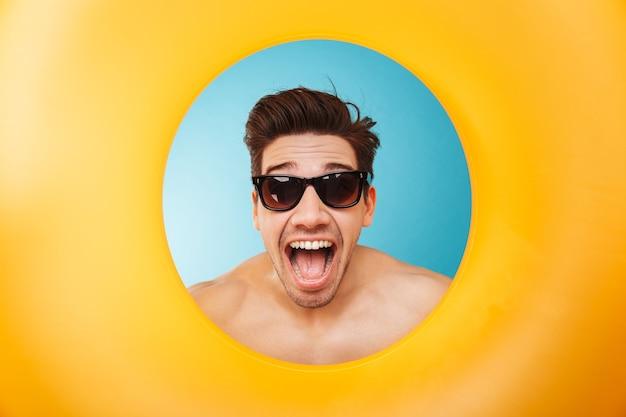 Cerca de un hombre emocionado con gafas de sol