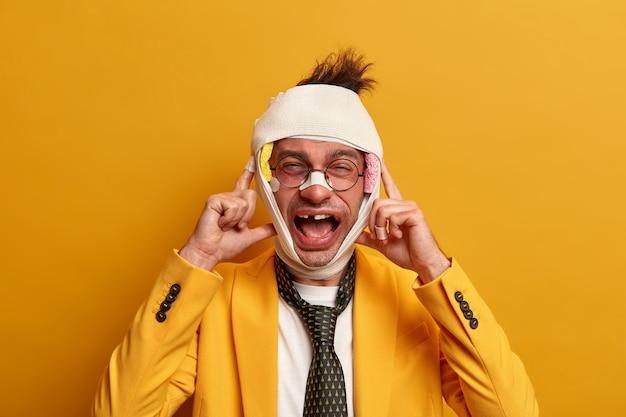 Cerca del hombre lesionado con moretón oscuro debajo de los ojos y conmoción cerebral, usa vendaje