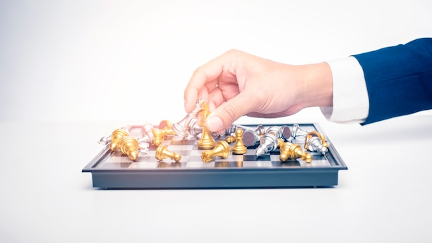 Cerca del hombre de negocios está jugando ajedrez, concepto de estrategia de gestión empresarial