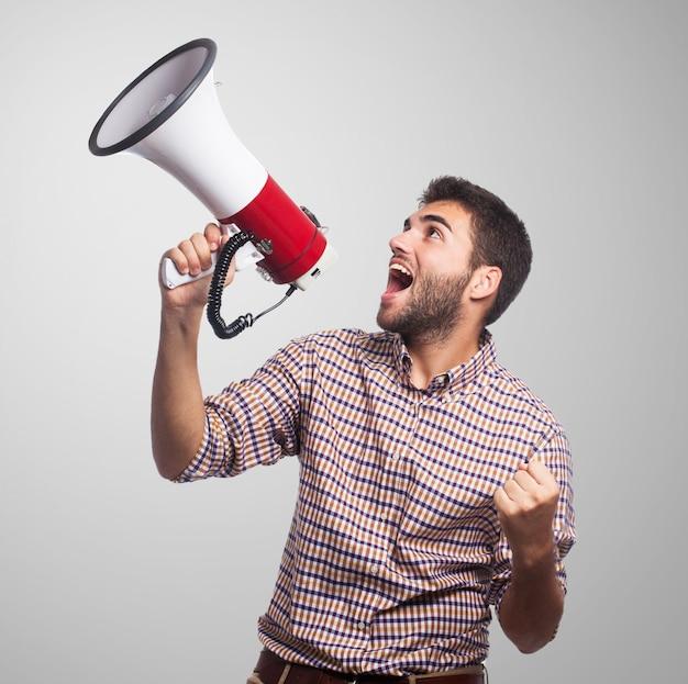 Cerca del hombre, que grita en el megáfono