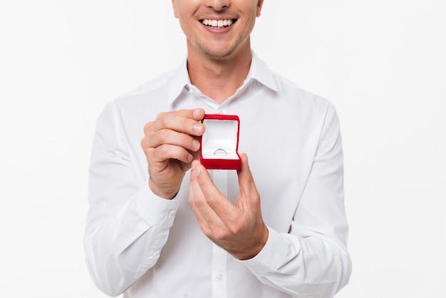 Cerca de un hombre sonriente mostrando caja abierta