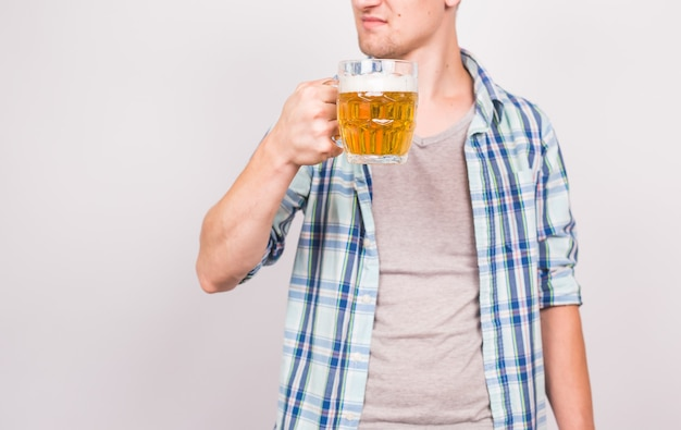 Cerca del hombre sosteniendo una jarra de cerveza. fondo con espacio de copia.