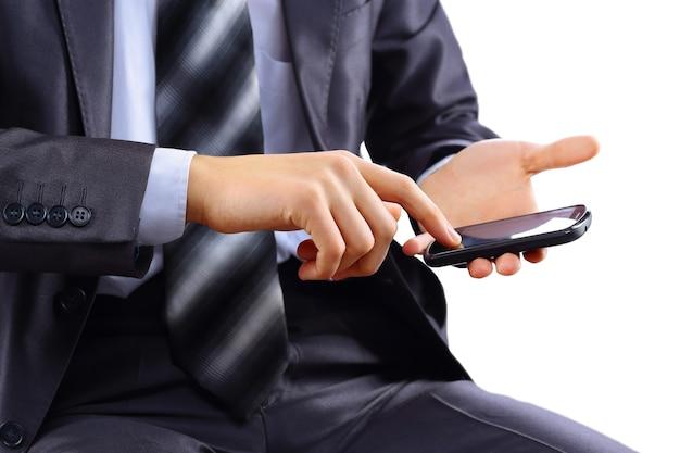 Cerca de un hombre mediante teléfono móvil inteligente