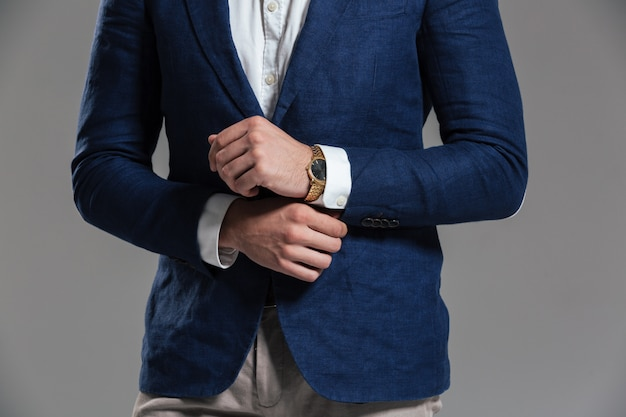 Cerca de un hombre vestido con chaqueta