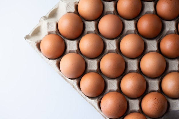 Cerca de huevos de gallina cruda en caja de huevo, comida orgánica de natural