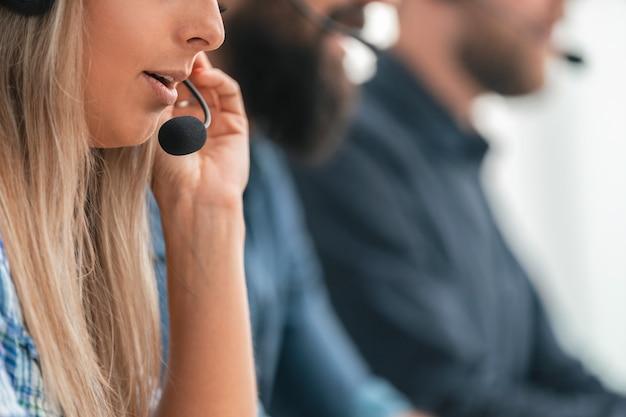 De cerca. imagen de fondo de los empleados del centro de llamadas en el lugar de trabajo.