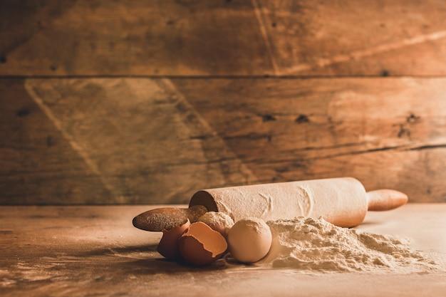 Cerca de ingredientes para hornear en madera