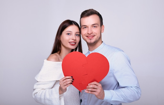 Cerca de un joven amantes con un corazón rojo.