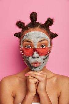 Cerca de joven bella mujer con máscara facial