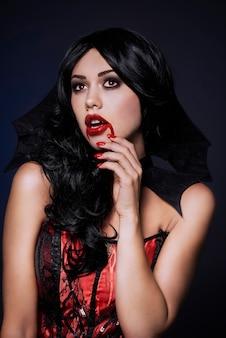 Cerca de joven bella mujer vestida para halloween