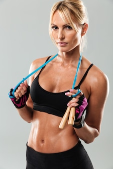 Cerca de una joven deportista sana posando