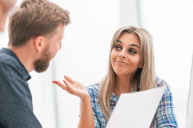 De cerca. joven empresaria en una reunión con el equipo empresarial