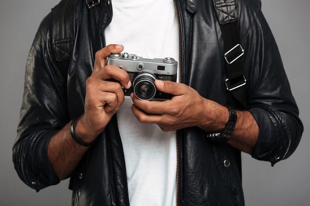 Cerca de un joven fotógrafo masculino africano