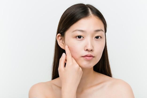 Cerca de una joven mujer asiática hermosa y natural