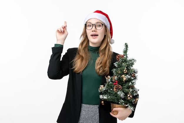Cerca de joven mujer bonita con sombrero de navidad aislado