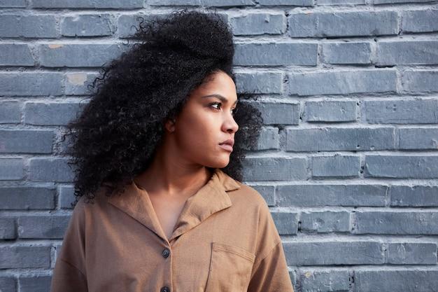 Cerca de joven negra con cabello afro