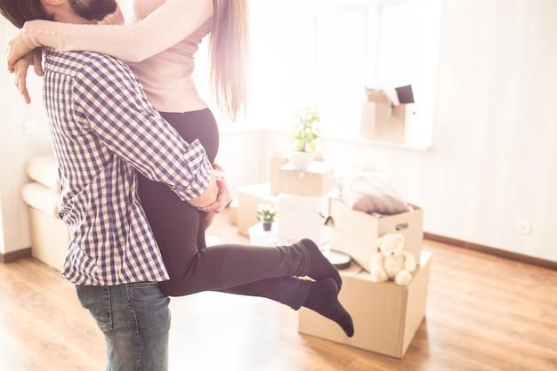 Cerca de la joven pareja en una habitación luminosa
